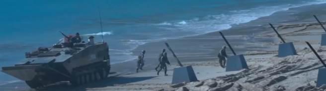 張競評:機甲車輛灘頭打橫?嫌本身曝露面積不夠大嗎?(圖/影片截圖)