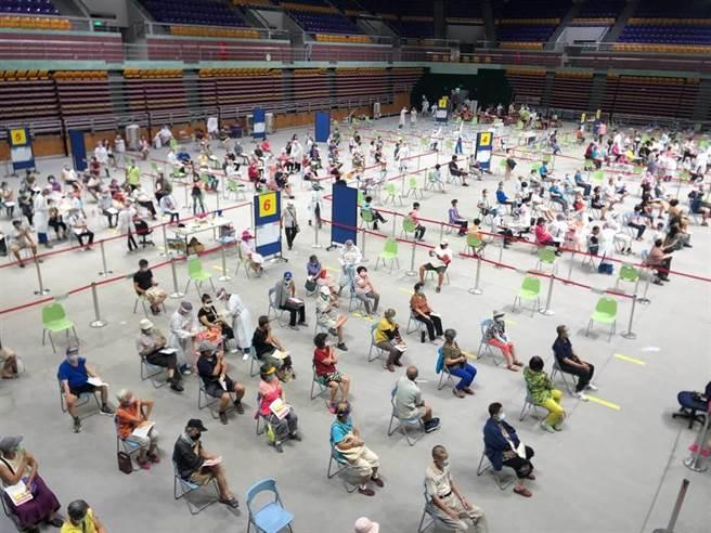 美國佛州將近5成的成人完成疫苗接種,但31日仍新增超過2.1萬人確診,若台灣下一波疫情是Delta病毒,有醫師點出受威脅最大的族群。圖為疫苗施打站。(資料照/屏東縣政府提供)