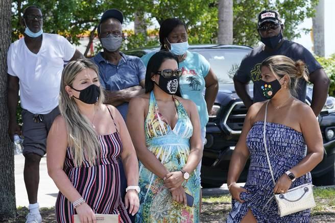 美國近期在Delta變種病毒肆虐下疫情反彈,圖為該國民眾準備接受病毒檢測。(圖/美聯社)