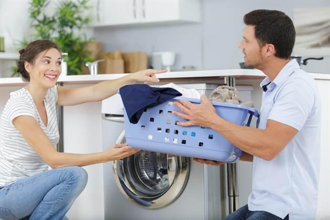 妻子向丈夫提議,他每月少拿500元零用錢就可免做家事,但真相揭曉,妻子賺很大。(示意圖,達志影像/shutterstock)