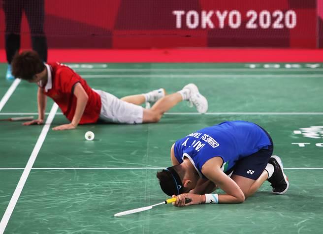 戴資穎(前)東京奧運羽球女單金牌戰飲恨,賽後跪在地上好一陣子。(季志翔攝)