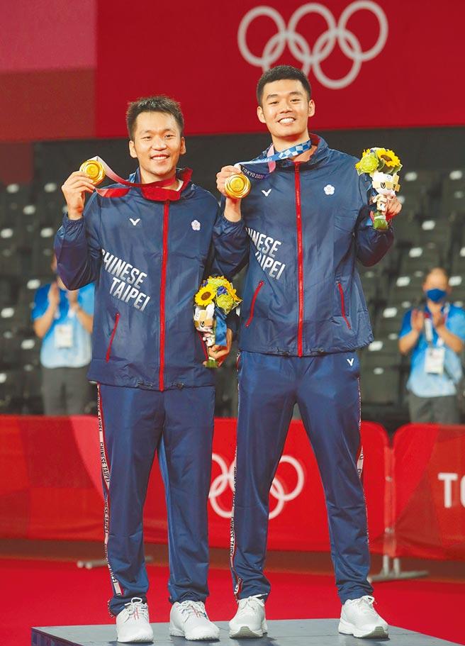 東京奧運羽球男子雙打,中華隊王齊麟(右)與李洋(左)以直落二方式擊敗大陸對手拿下金牌。(季志翔攝)