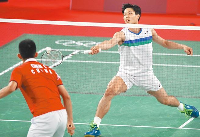 東奧羽球男子單打周天成(右)以1比2敗給大陸的諶龍(左)止步於8強。(季志翔攝)