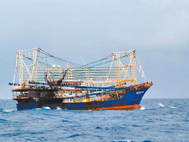 大陸籍漁船前天早上出現在蘭嶼外海,海巡艦艇前往驅離。(漁民提供/莊哲權台東傳真)