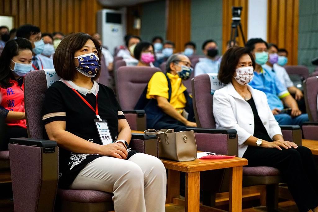 東京奧運男單奪銅的林昀儒,他的母親陳貴玲(左一)壯圍國中校長8年任期屆滿退休。(李忠一攝)