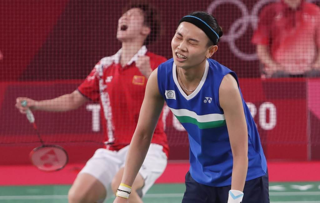 陳雨菲(左)1日在羽球女單金牌戰勝出,不過陳雨菲教練場外的一個神祕手勢,意外引起眾人討論。(圖/季志翔攝)