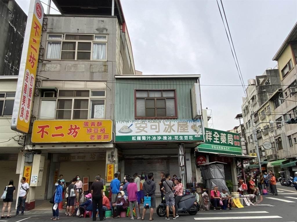 蛋黃酥名店不二坊,過去只採現場購買,因此代購風氣盛行,店外常出現排隊人龍,每年的「蛋黃酥之亂」引人詬病。(資料照)