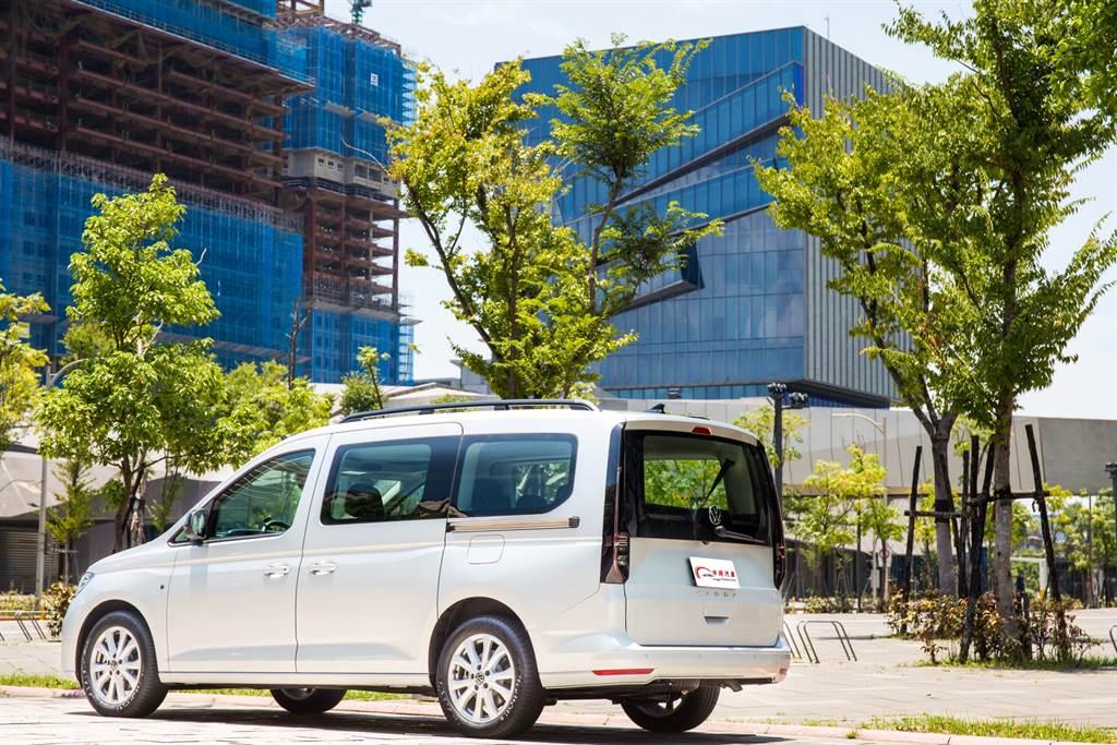 除了設計風格革新之外,車型命名也向VW乘用車看齊,取消過去Comfortline、Trendline等車型名,改以更簡潔的方式取代,本次試駕的車型即為2.0 TDI Life。(陳彥文攝)