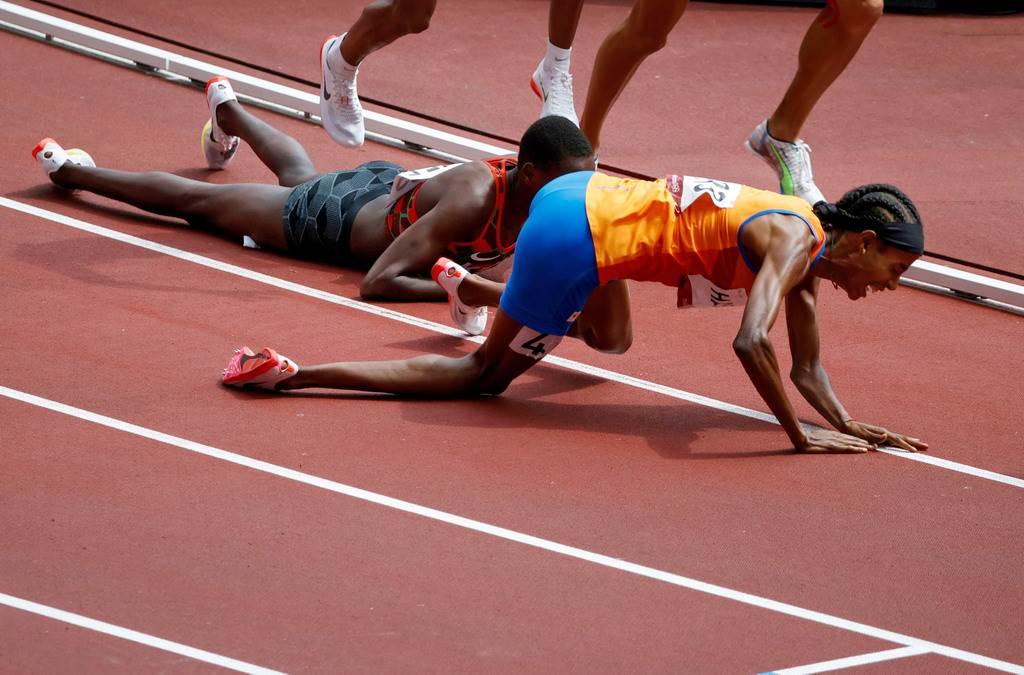 哈桑(右)整個人都摔倒地上,卻馬上爬起表現逆轉秀。(路透)