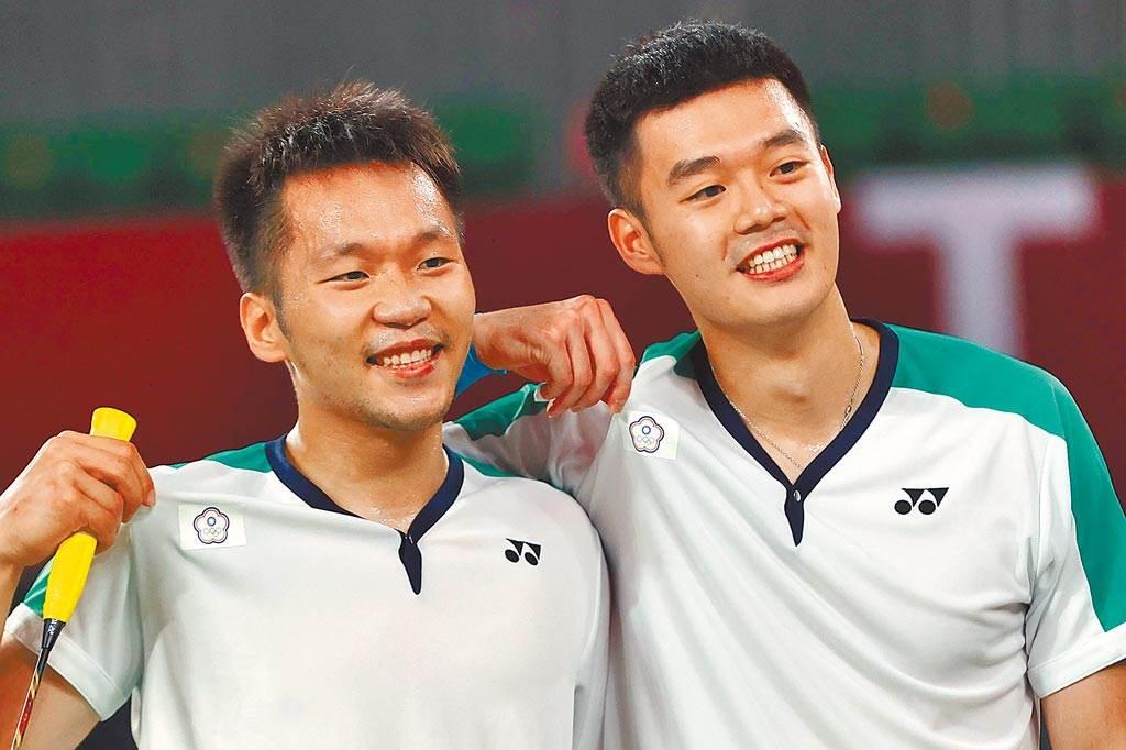 羽球男雙「麟洋配」王齊麟(右)與李洋(左)在東奧摘金。(季志翔攝)