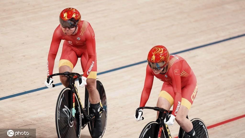 中國自行車女子運動員鮑珊菊/鍾天使。(鳳凰體育)