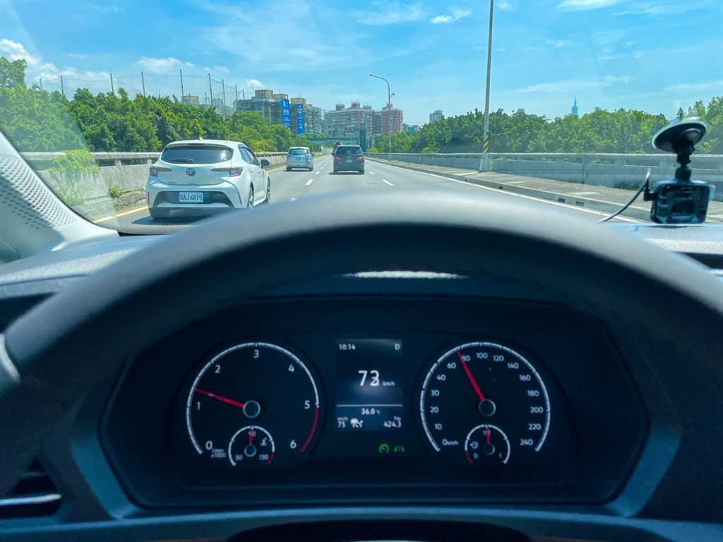 標配的IQ.Drive智能駕駛輔助系統包含多項功能,可大幅減少長途駕駛的負擔。(陳彥文攝)