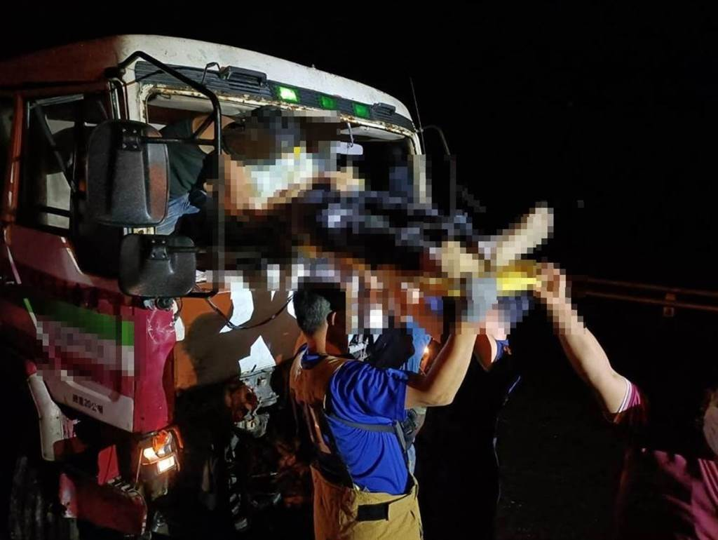 台東縣鹿野鄉今天晚間發生拖板車撞上回收車事故。(翻攝畫面)