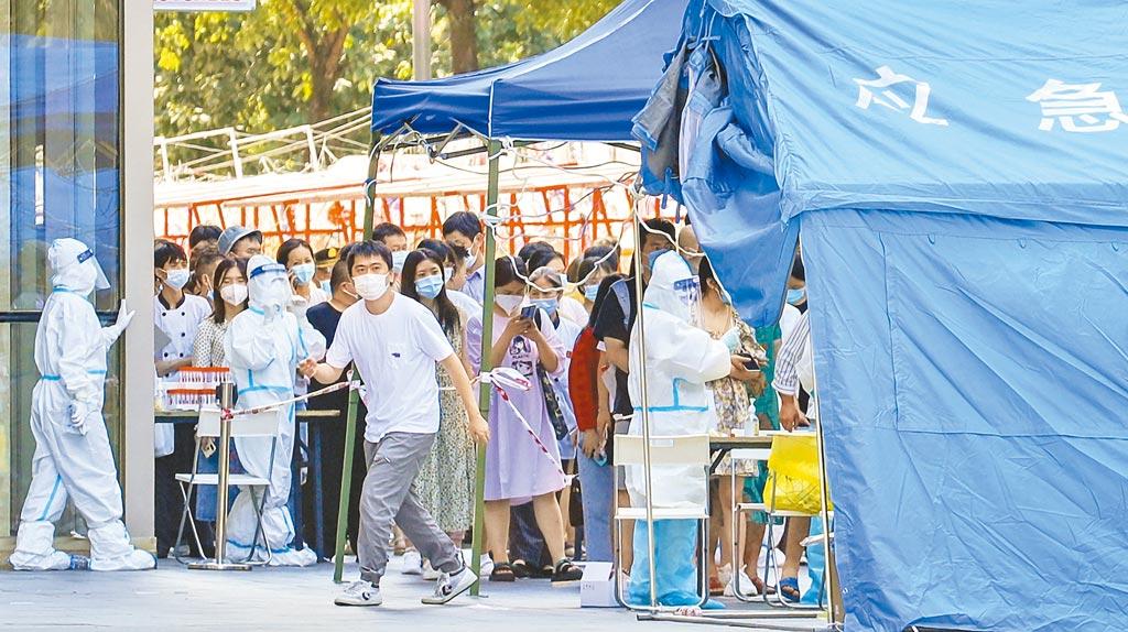 從出現第一例案例後,足足6天,南京才宣布祿口機場全部封閉,正是這6天時間,病毒從南京機場走向了大陸大半省市。圖為成都高新區核酸採樣點。(新華社)
