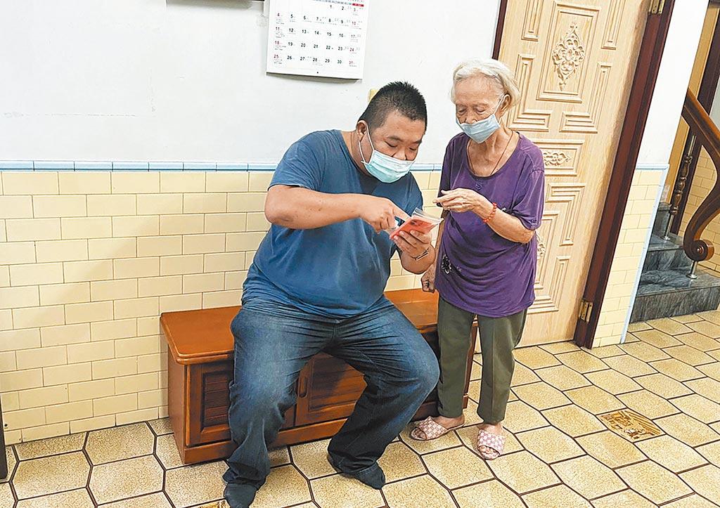 屏東市民代表傅建雄(左)貼心到府服務,為長輩完成疫苗意願登記。(林和生攝)