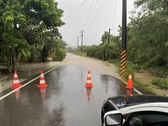 道路積水致車輛受困 恆春警協助民眾脫困