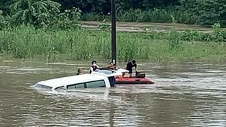 台南診所交通車遭沖河中滅頂 駕駛3人被救出喊:快嚇死