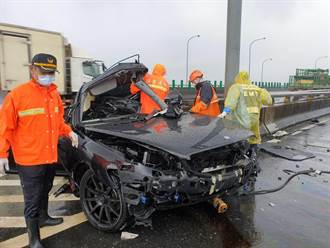 雨天自小客自撞護欄 女駕駛當場無生命跡象