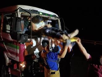 台東拖板車撞回收車 1死3傷
