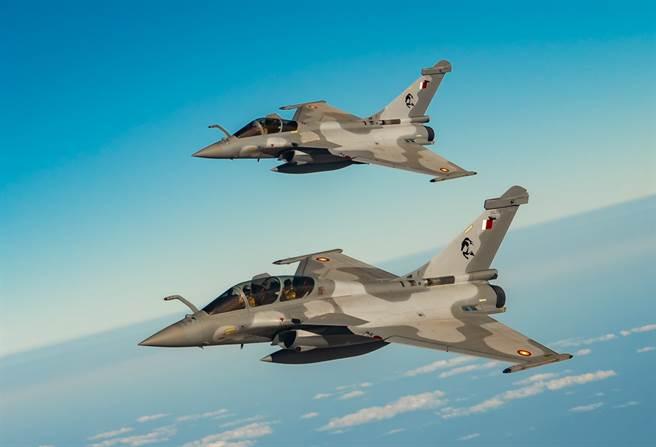 卡達近年來大肆購買「飆風」等先進戰機,但該國軍方根本沒有足夠的人力和資源來操作這些武器。圖為卡達空軍「飆風」。(圖/DVIDS)