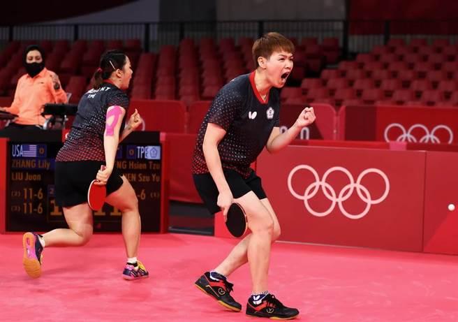中華隊女子桌球好手陳思羽(右)跟鄭先知。(路透社)