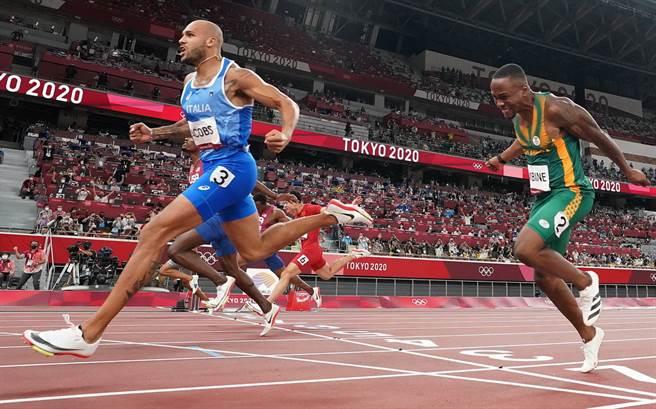 雅各布斯一馬當先衝過100公尺決賽終點線的瞬間。(路透資料照)