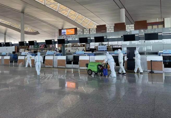自7月20日南京祿口機場首次檢測出9例陽性病例後,截至7月31日23時,已有超過270人被感染。圖為工作人員在南京祿口機場t2航站樓內進行消。(新華社)