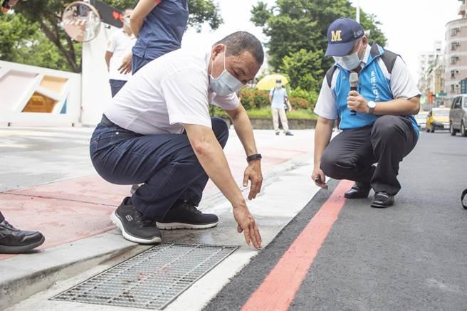 侯友宜今視察剛完工的板橋新埔國中通學廊道。(新北市政府提供)