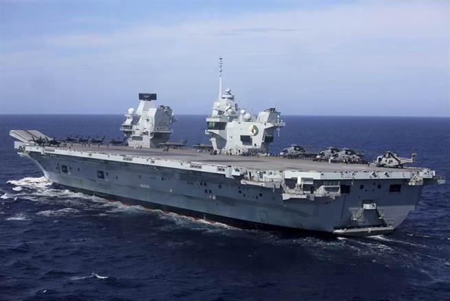 英航母伊莉莎白女王號打擊群通過巴士海峽沿台灣東部外海北上,大陸軍艦一路尾隨,IDF戰機接獲命令也清晨急升空監控。(資料照/美聯社)