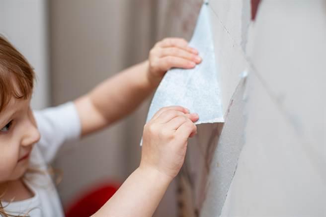英國一名男子在裝修新家時,意外在壁紙後發現一首來自1975年的「時空詩」。(示意圖/達志影像)