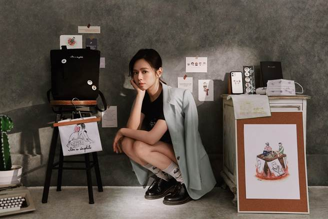 台北電影節的影展副牌「看電影約嗎」邀請演員夏于喬擔任商品設計。(台北電影節提供)