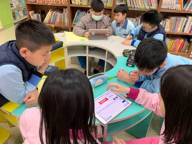 基隆仁愛國小老師林心茹指導6隊學生參加數位閱讀專題探究競賽。(基隆市政府提供/陳彩玲基隆傳真)