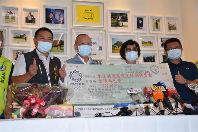 苗栗縣長徐耀昌致贈1百萬元獎金給康月美。(謝明俊攝)