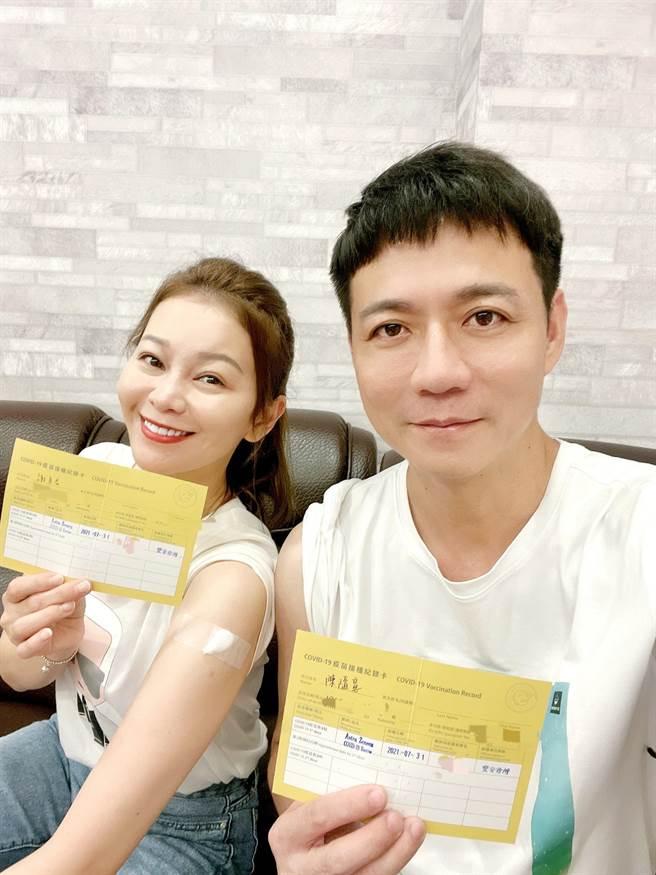 陳隨意(右)與老婆謝宜君日前接種疫苗。(豪記唱片提供)
