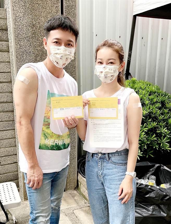 陳隨意(左)與老婆謝宜君日前接種疫苗。(豪記唱片提供)