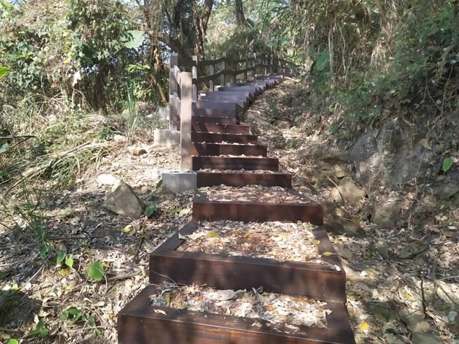 太平區酒桶山登山步道設置透水原木格框階梯完工。(台中市觀旅局提供/陳淑娥台中傳真)