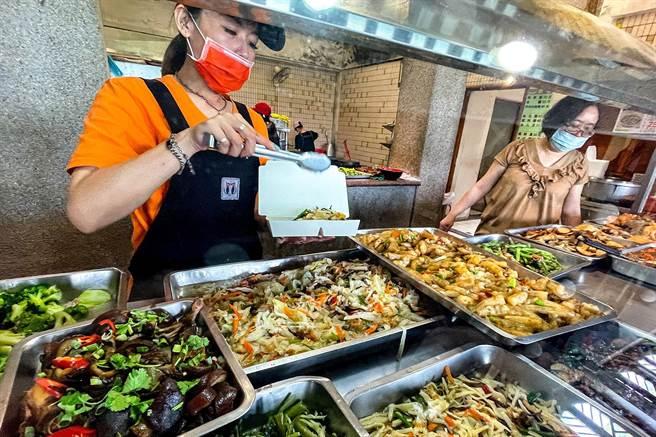 宜蘭縣從明天起開放餐廳內用,但必須落實採梅花座或隔板、餐桌間相隔1.5公尺等防疫措施。(李忠一攝)