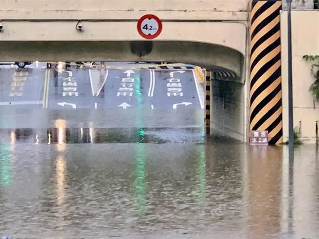 台南市小東路地下道因強降雨積水深度超過200公分。(台南市議員李鎮國提供/洪榮志台南傳真)