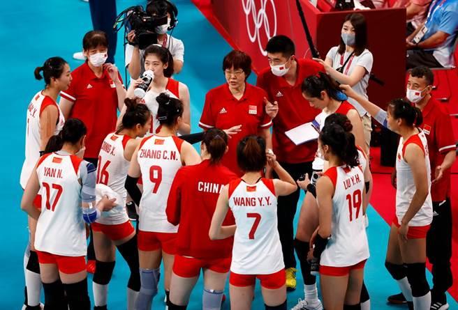 郎平(中)正式卸下大陸女排教練職位。(路透資料照)