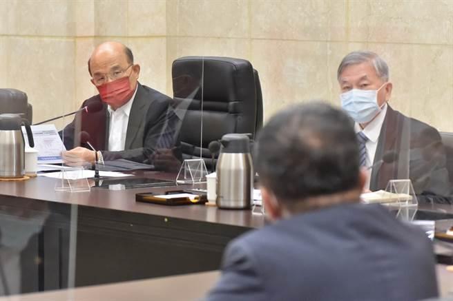 行政院長蘇貞昌(左)2日上午召開擴大防疫會議,針對全球疫情概況、防疫及醫療物資整備情形、疫苗施打情形,及警戒降為2級後相關管制措施執行情形等議題進行討論。(行政院提供)
