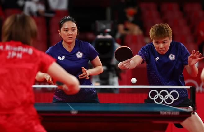 陳思羽(右)、鄭先知在女團第1點出賽。(路透)