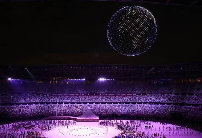 東京奧運開幕式上,由無人機群排成地球的模樣,強調奧運全球團結一致的精神。(圖/路透社)
