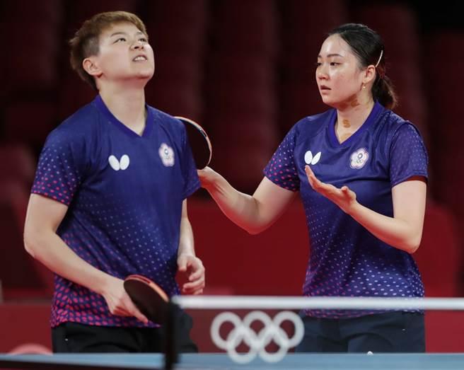 中華桌球女團8強止步,陳思羽(左)鄭先知(右)。(季志翔攝)