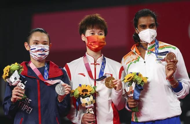 辛度(右)、戴資穎(左)、陳雨菲(中),場上是對手,場下是好友。(路透)