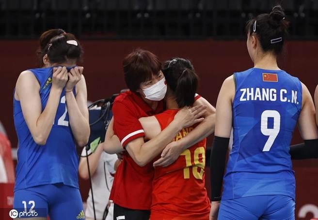 今天8月2日下午,中國女排迎戰小組賽最後一個對手阿根廷隊,最終中國女排直落三局橫掃對手,以小組賽2勝3負的戰績結束本屆東京奧運征程。(鳳凰體育)