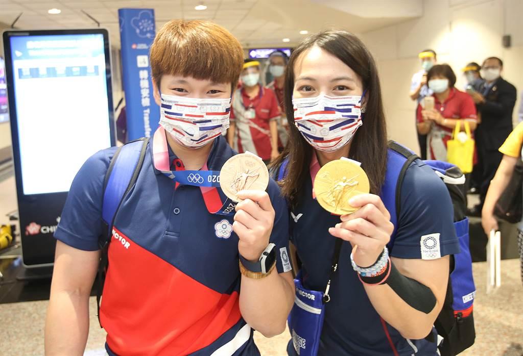 舉重郭婞淳(右)奪下東奧金牌。(圖/范揚光攝)