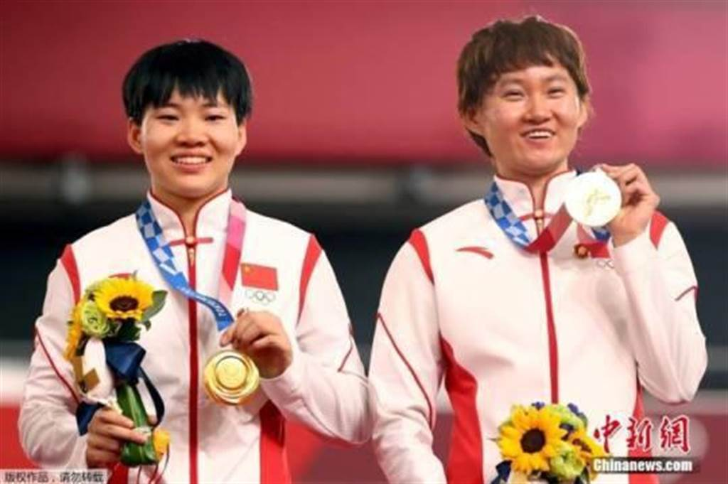 8月2日,日本伊豆場地自行車館,中國選手鍾天使與鮑珊菊搭檔,以31秒895力壓德國對手,奪得自行車女子團體競速賽的金牌。(中新社)