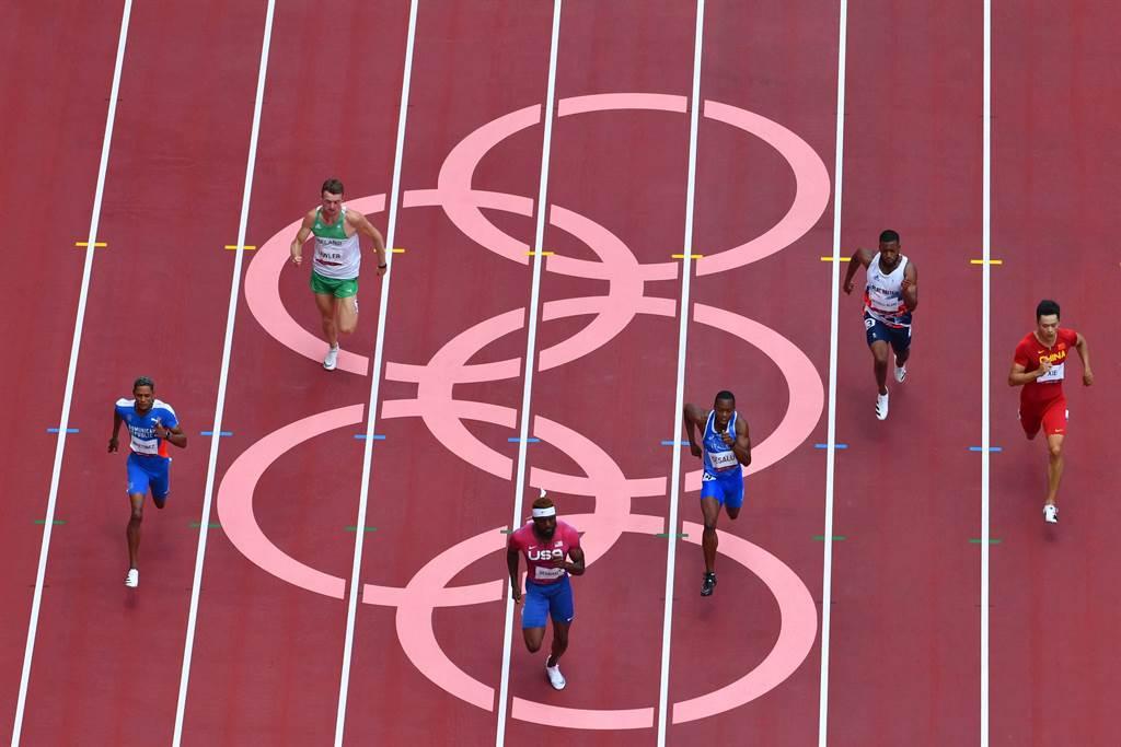 謝震業(右一)創中國奧運史闖入200米半決賽第一人。(澎湃新聞)