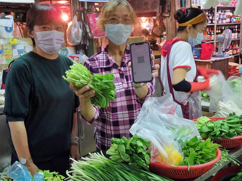 民眾到嘉義市東市場買菜,即日起可使用行動支付付錢。(嘉義市政府提供)