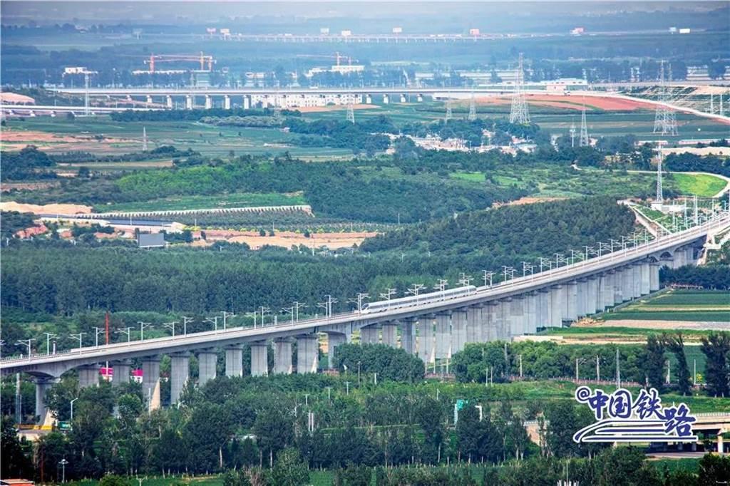 遼寧朝陽至凌海南高速鐵路(朝凌高鐵)今天開通。(中國鐵路微博)